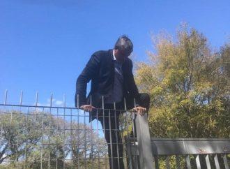 Vereador pula a cerca para participar de reunião na Câmara de Porto Alegre.