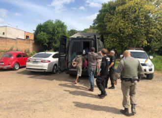 Removidos a presídios quase 80 presos que eram mantidos em viaturas da BM em Porto Alegre