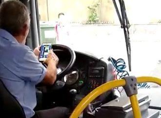 FLAGRANTE: Motorista de ônibus é flagrado jogando no celular enquanto dirige
