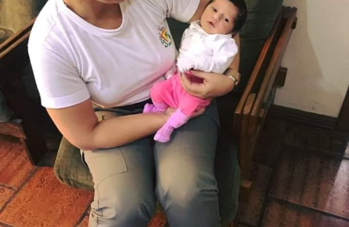 Policial Rodoviária salva bebê de 17 dias que se engasgou com Chá