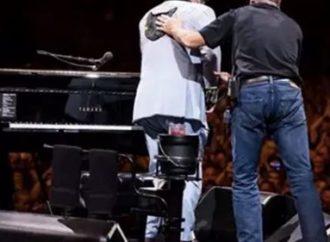 Elton John interrompe show e chora por não conseguir cantar