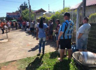 Moradores de Esteio fazem fila para garantir botijão de gás por R$ 40,00