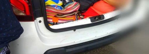 A  sogra foi  junto  mas  no  porta-malas do carro