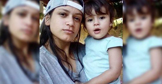 """""""Matei minha filha"""", disse mãe ao lado do corpo da criança de dois anos; pai da criança também foi esfaqueado enquanto dormia"""