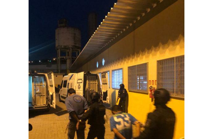 116 presos retidos em delegacias são transferidos e RS cumpre decisão judicial