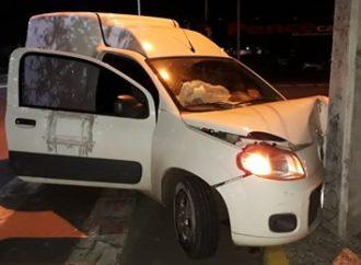 Motorista de Fiorino perde controle e colide em poste no Mathias Velho, em Canoas