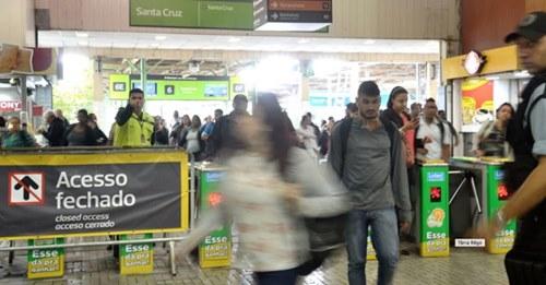 """Profissionais da saúde são hostilizadas em trens: """"Sai do vagão, doente"""""""