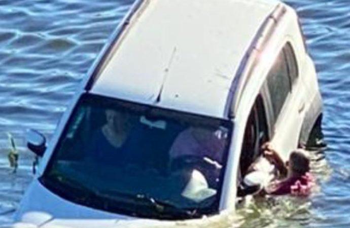 VÍDEO: Carro cai no Rio Tubarão com duas idosas