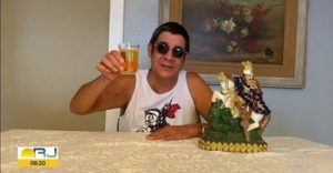 Zeca Pagodinho entra ao vivo com cerveja em telejornal e movimenta a internet