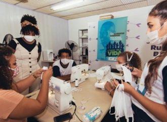 Jovens do bairro Rubem Berta produzem máscaras para a Brigada Militar