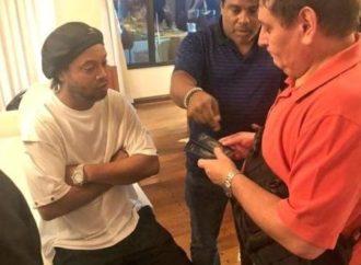 Ronaldinho paga fiança e irá para prisão domiciliar no Paraguai