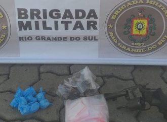 1º BPM prende homem por tráfico de drogas e porte ilegal de arma em POA