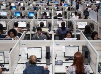 Terceirizados e precarizados, operadores de telemarketing se arriscam ao contágio em salas sem janelas