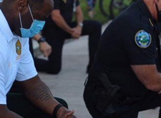 George Floyd: policiais se ajoelham e rezam com manifestantes.