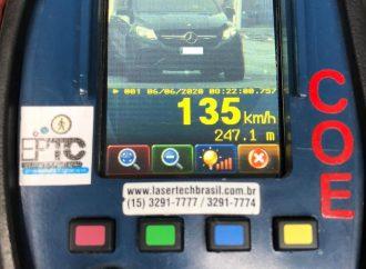 FLAGRANTE: Carro estava a 135 km/h na rua Souza Reis em Porto Alegre