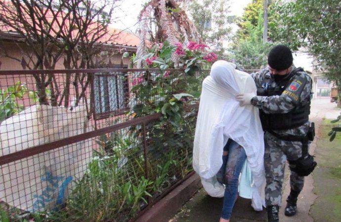 Travesti é presa suspeita de matar homem em motel de Erechim