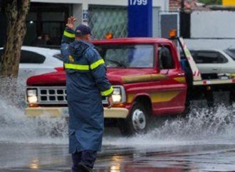 Chuva forte causa transtorno no trânsito e falta de energia em Porto Alegre