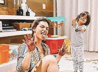 Foto de Kelly Key levantou a polêmica: é errado tomar banho nua com o filho? Veja comentário de especialista