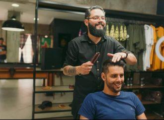 Barbeiros raspam o cabelo para apoiar cliente que descobriu câncer no dia do aniversário