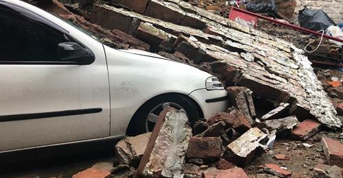 URGENTE: muro desaba e atinge três casas em Sapucaia do Sul