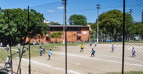 Prefeitura de Porto Alegre libera quadras de esportes coletivos e autoriza academias aos domingos.