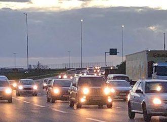 SAÍDA PARA O FERIADÃO: muitos carros na Freeway em direção ao Litoral Norte