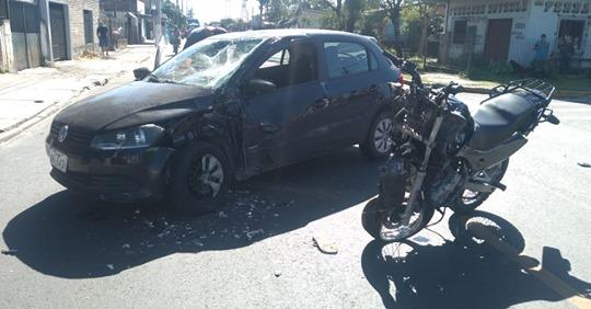 Carro e moto colidem na Florianópolis, em Canoas