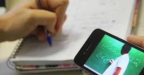 Estudantes carentes recebem mais de 80 telefones celulares retirados de criminosos no Estado.