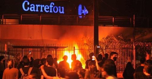 Assassinato de Beto: Protesto no Carrefour termina sob bombas e balas de borracha