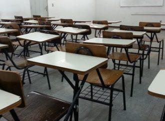 Governo passa a permitir aulas presenciais em regiões com bandeira vermelha.