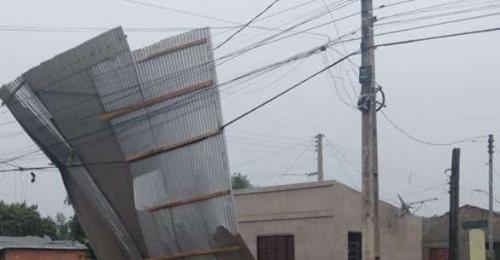 Ventania causa estragos em Uruguaiana