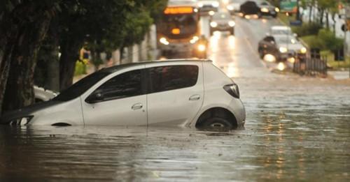 Destelhamentos e quedas de árvores são principais estragos do temporal em Porto Alegre