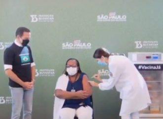 Enfermeira é a primeira a receber dose de vacina CoronaVac  no Brasil