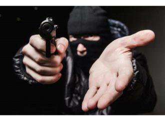 Vítima e criminoso são feridos a tiros em assalto na Capital