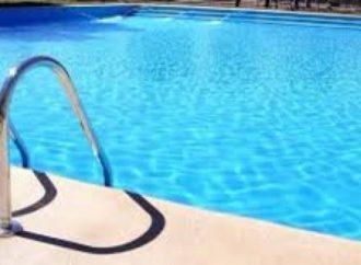 Bebê de 1 ano morre afogado após cair na piscina de casa