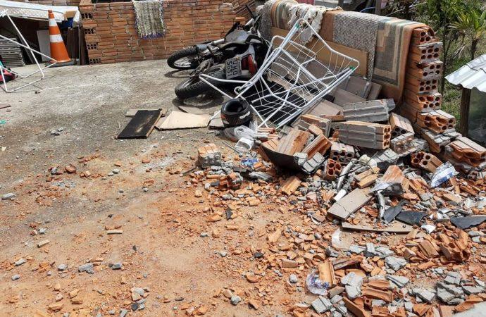 Mulher morre após moto colidir em muro de residência