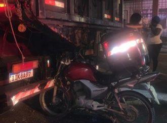 Motociclista colide em caminhão estacionado em Canoas