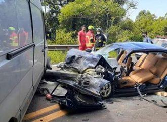 Motorista morre após colisão com van na BR-116