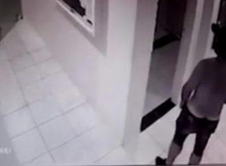Vídeo: Homem persegue jovem, invade prédio e se masturba na frente dela