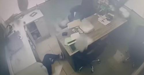 Impressionante: câmeras registraram momento em que o escritório é atingido pelo vento destrutivo em Gravataí. Confira os vídeos: