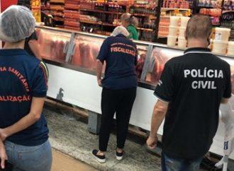 Mais de 2 mil quilos de alimentos impróprios são apreendidos em supermercados de Canoas