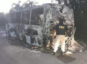 Micro-ônibus que levava pacientes de Alegrete para Porto Alegre pega fogo na BR-290. Saiba mais: