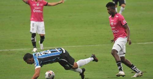 Grêmio desperdiça chances, volta a ser dominado e é eliminado na Libertadores