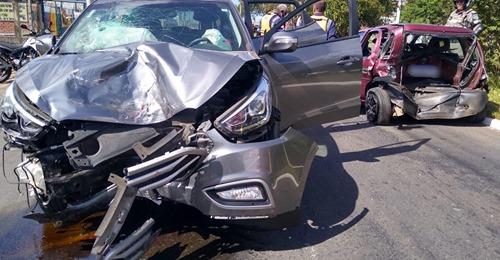 Uma colisão entre dois carros deixa passageiro ferido