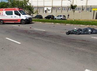 Motociclista morre após colisão entre carro e caminhão