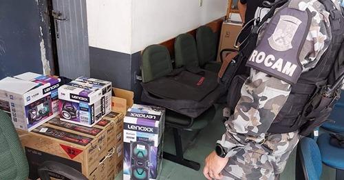 Criminoso é preso em casa abandonada com televisões e aparelhos de som roubados