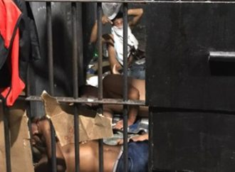 Mais de 100 presos estão aglomerados em viaturas e delegacias