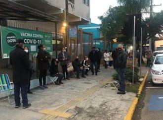 Idosos madrugam na fila para garantir 2ª dose da CoronaVac em Canoas