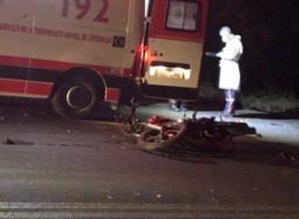 Motociclista morre após colisão com carro invadir pista contrária