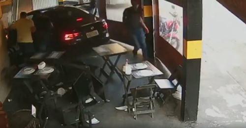 Carro de aplicativo invade pizzaria para fugir de assalto; vídeo impressionante Saiba mais: